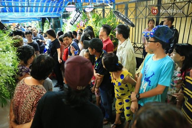 Lại tái diễn cảnh người dân hiếu kỳ vây kín xem nghệ sĩ tại đám tang Minh Thuận - Ảnh 5.