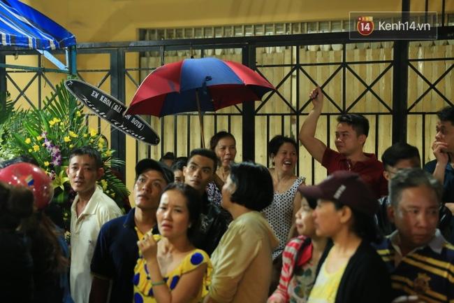 Lại tái diễn cảnh người dân hiếu kỳ vây kín xem nghệ sĩ tại đám tang Minh Thuận - Ảnh 6.