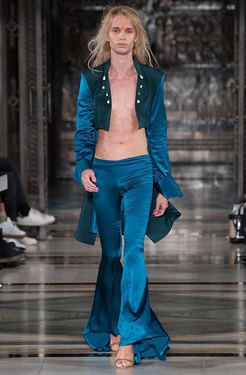 Người mẫu để đầu trọc, ngực trần ở London Fashion Week