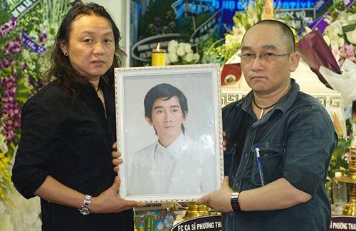 Nhật Hào (trái) bên di ảnh của Minh Thuận trước giờ di quan sáng sớm 1/9.