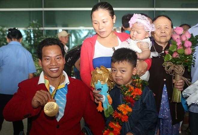 Đô cử Lê Văn Công hôn con gái nhỏ ngày trở về - ảnh thể thao