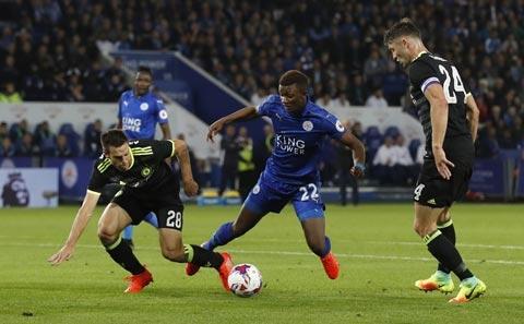 Dù sớm dẫn trước nhưng Leicester (giữa) đã để Chelsea gỡ hòa sau 90 phút thi đấu chính thức