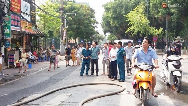 Hà Nội: Cháy cửa hàng thời trang gần Văn miếu Quốc Tử Giám - Ảnh 4.