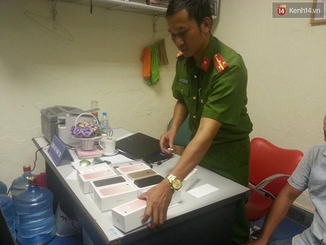 Hà Nội: Nam thanh niên mang 8 điện thoại iPhone 7 không hóa đơn đi bán bị thu giữ - Ảnh 1.