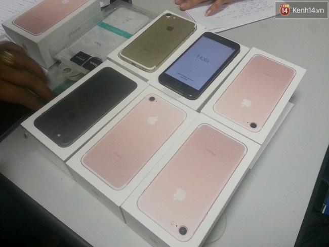Hà Nội: Nam thanh niên mang 8 điện thoại iPhone 7 không hóa đơn đi bán bị thu giữ - Ảnh 2.