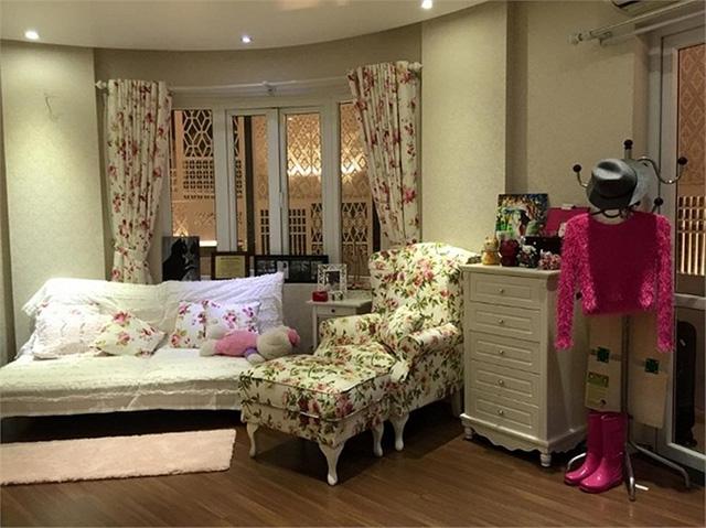 Gia đình Thủy Top sở hữu khá nhiều bất động sản lớn ở Hà Nội. Ngôi nhà 7 tầng gia đình cô đang ở tại Hà Nội nằm ngay mặt đường con phố Bà Triệu.