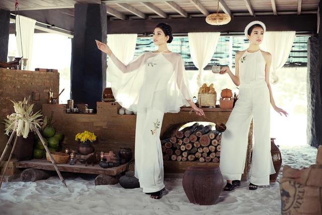 Lấy ý tưởng từ bộ yếm đào của phụ nữ Việt xưa, những mẫu thiết kế mà 7 người đẹp mặc trên mình hướng đến tôn vinh vẻ đẹp tuyệt vời của cơ thể người phụ nữ. Các cô gái đã khoe được nét xuân thì khi tạo dáng với yếm lụa.