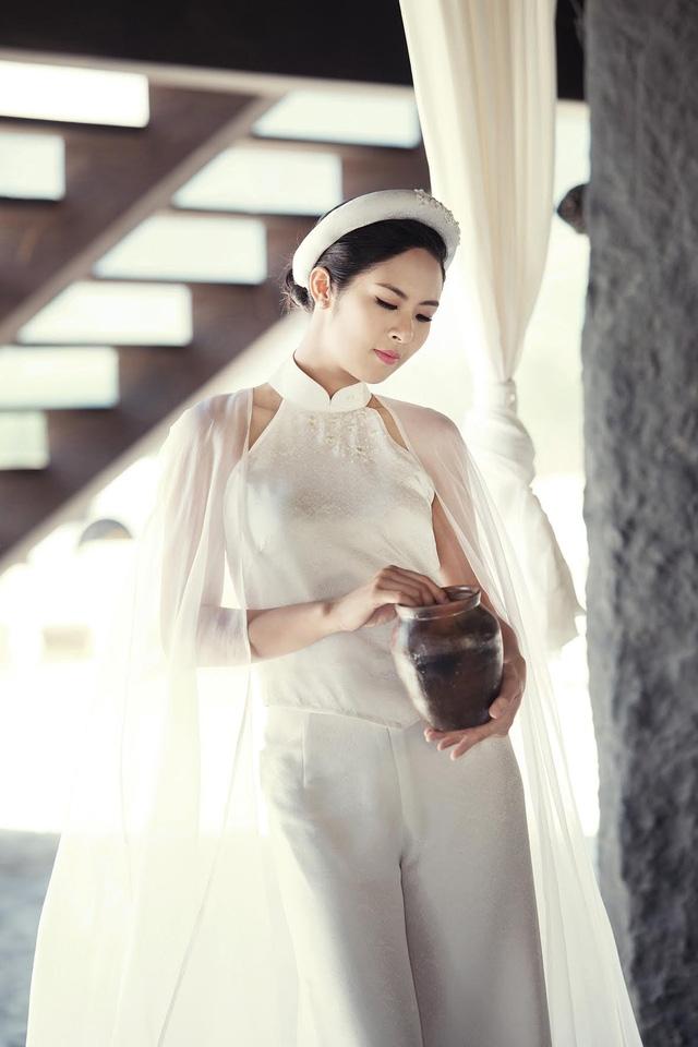 Yếm đào và váy cho người phụ nữ xưa cảm giác thoải mái trong lao động, trong sinh hoạt hàng ngày. Yếm đào và quần cách tân hôm nay cho người phụ nữ vẻ đẹp đài các, thướt tha và kiều diễm hơn.