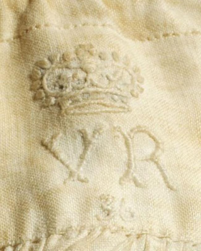 Tin được không, chiếc quần chẽn của Nữ hoàng Anh có giá lên tới hơn 400 triệu đồng đấy - Ảnh 3.