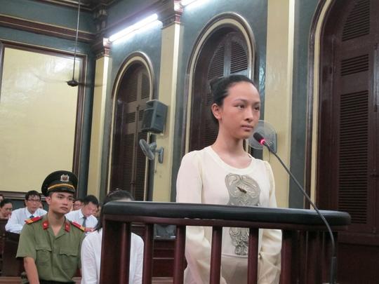 Hoa hậu Phương Nga đang trả lời HĐXX