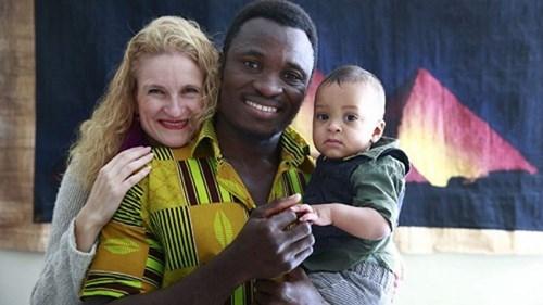 Vua châu Phi quay lại Canada làm việc để gửi tiền về nuôi dân - ảnh 2