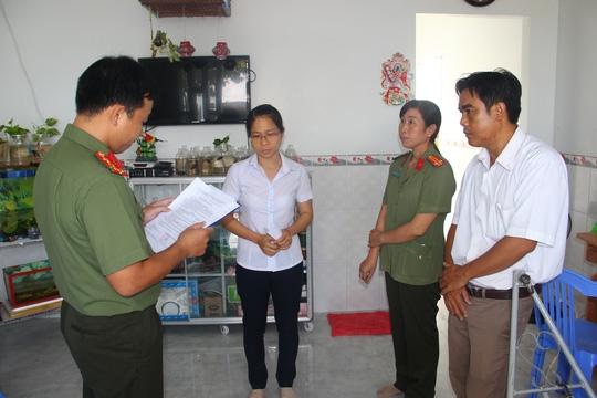 Cơ quan An ninh điều tra đọc lệnh bắt Trương Thị Tuyết Mai (áo trắng thứ 2 từ trái qua)