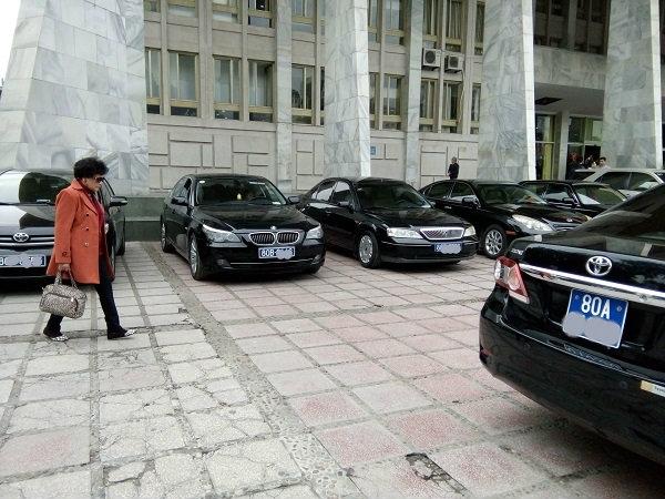 Việc từ bỏ đặc quyền xe công là không dễ (ảnh minh họa: Bích Diệp)