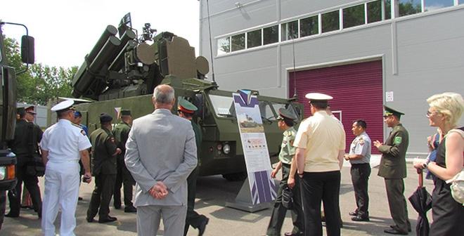 Đại diện BQP VN ngắm tên lửa phòng không hiện đại của Belarus