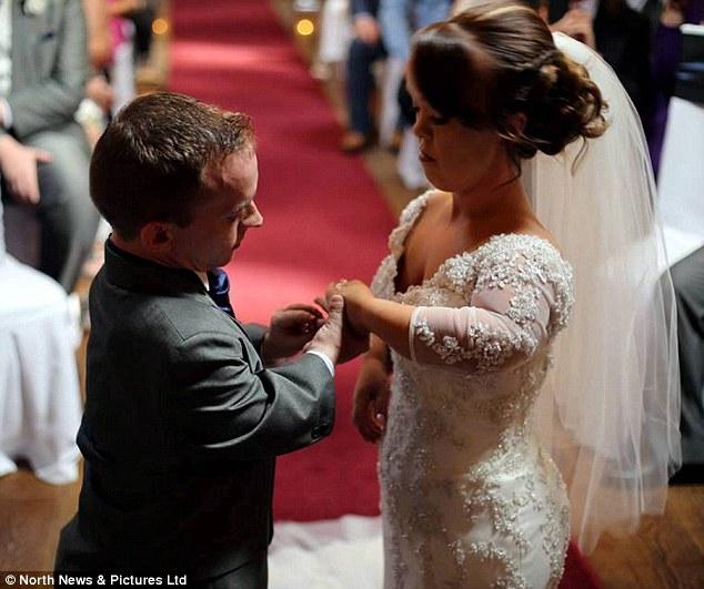 Đám cưới trong mơ của cặp đôi chú lùn bên cậu con trai nhỏ - Ảnh 1.