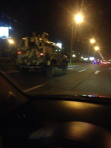 Những chiếc xe IAG 4x4 Guardian Tactical di chuyển trên đường phố Hà Nội.