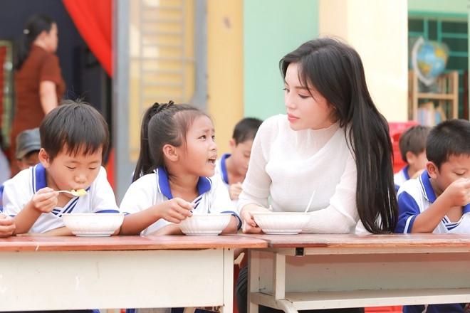 Hoa hau Ky Duyen di tu thien sau scandal hut thuoc la hinh anh 6