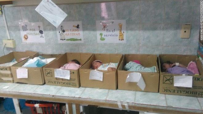 Khủng hoảng kinh tế, trẻ sơ sinh Venezuela bị đặt trong hộp giấy