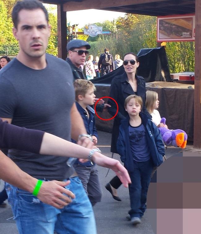 Lộ ảnh Angelina Jolie và Brad Pitt cãi nhau dữ dội trước mặt các con - Ảnh 4.