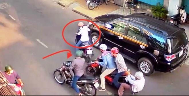 Nhóm côn đồ táo tợn chặn xe đánh cướp giữa đường phố Sài Gòn