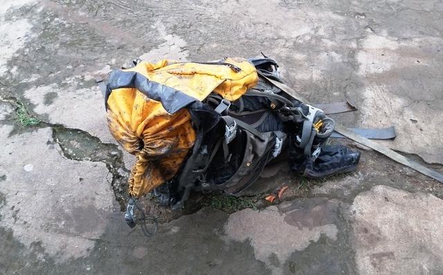 Trên lưng của nạn nhân có đeo chiếc ba lô, bên trong chứa đầy đá.