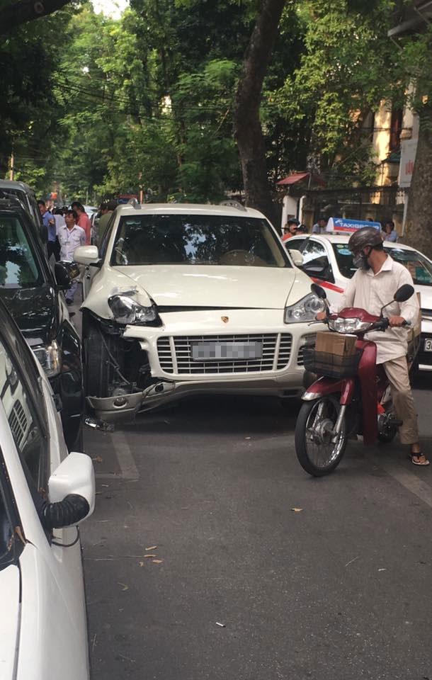 Porsche Cayenne bị vỡ góc đầu xe bên phải. Ảnh: Pham Bao Tung