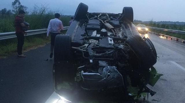 Porsche Cayenne bị lật ngửa trên cao tốc vào chiều qua. Ảnh: VECE