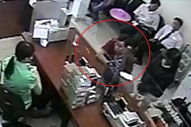 Người đàn ông mặc áo đỏ sậm giả mạo ông Lại Phú Cường để bán đất chiếm đoạt hơn 3,2 tỷ đồng