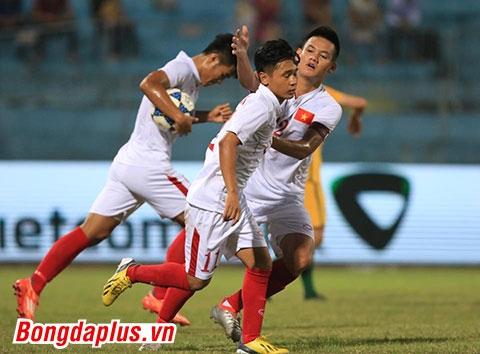 Minh Dĩ ăn mừng bàn thắng cùng các đồng đội - Ảnh: Đức Cường