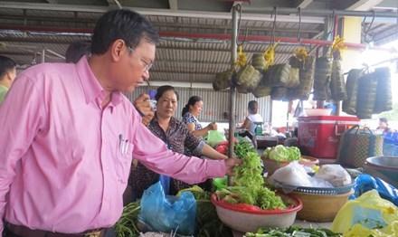 Kiểm tra rau xanh ngoài chợ.