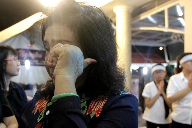 Lệ Thủy khóc trước di ảnh NSND Thanh Tòng