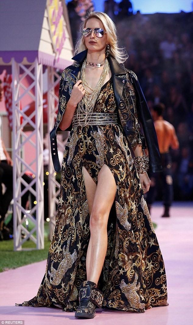 Paris Hilton dien vay cat xe tren san dien Milan hinh anh 6