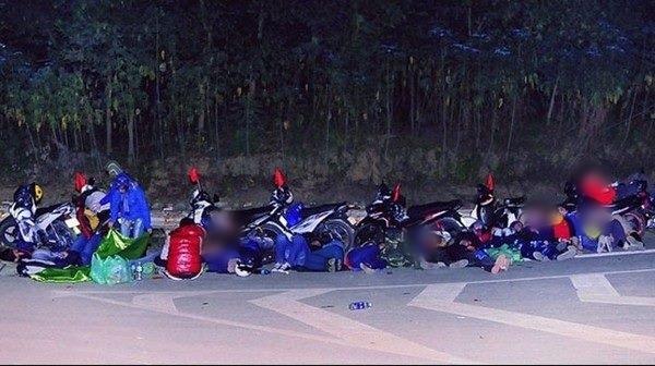 Tranh cãi hình ảnh những phượt thủ nằm ngủ la liệt ở rãnh nước bên đường - Ảnh 3.