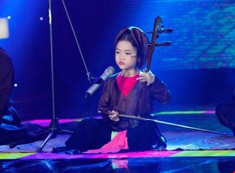 Tú Thanh tự mình đàn, hát xẩm bài Theo Đảng trọn đời nổi tiếng của nghệ nhân Hà Thị Cầu được Tú Thanh thể hiện lại gây nhiều xúc động.