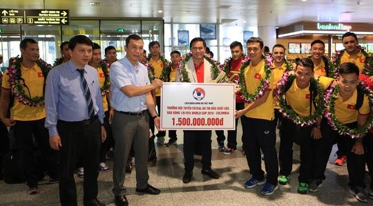 Đại diện VFF trao tiền thưởng 1,5 tỉ đồng cho tuyển futsal Việt Nam
