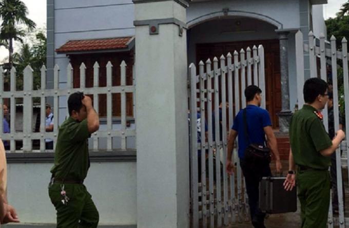Lực lượng chức năng có mặt tại ngôi nhà xảy ra vụ thảm án điều tra, làm rõ vụ việc.
