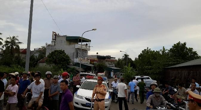 Hàng trăm người dân sinh sống trong khu vực tụ tập gần nơi xảy ra vụ án mạng.