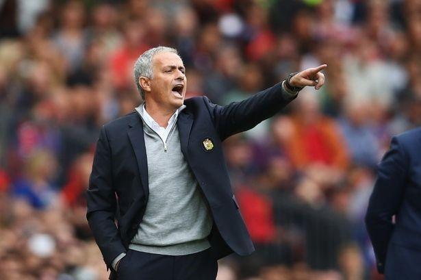 Mourinho cong bo ly do loai Rooney hinh anh 1