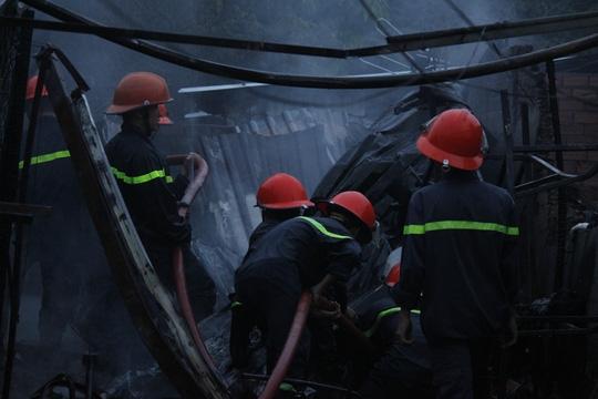 Lực lượng chữa cháy đang làm việc tại hiện trường.