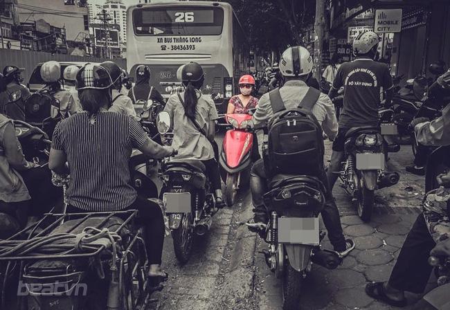 Bức ảnh người phụ nữ đỗ xe máy ngược chiều trên đường Hà Nội gây xôn xao - Ảnh 1.