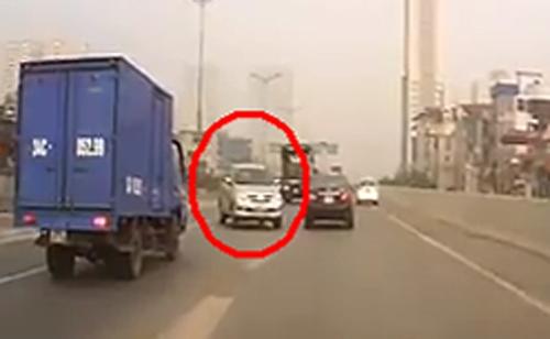 Bức ảnh người phụ nữ đỗ xe máy ngược chiều trên đường Hà Nội gây xôn xao - Ảnh 3.