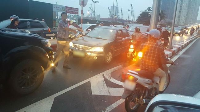 Bức ảnh người phụ nữ đỗ xe máy ngược chiều trên đường Hà Nội gây xôn xao - Ảnh 4.