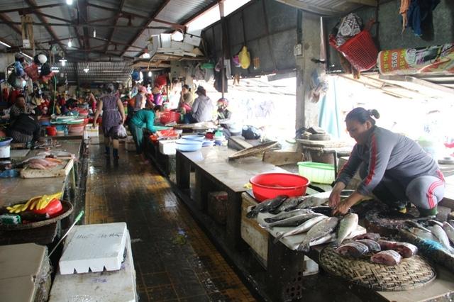 """Bà Nguyễn Thị Thanh Hương, bán cá tại chợ Đông Hà cho biết, khi người tiêu dùng có dấu hiệu """"quay lưng"""" với cá biển, bà chuyển sang bán cá nước ngọt"""