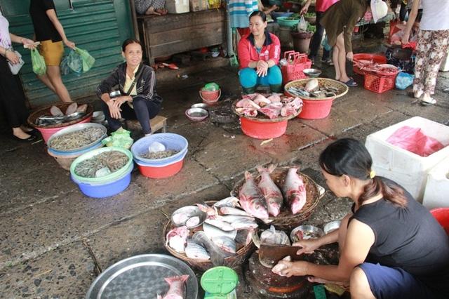 Dù các chợ đã bán hải sản biển trở lại nhưng người tiêu dùng vẫn dè dặt