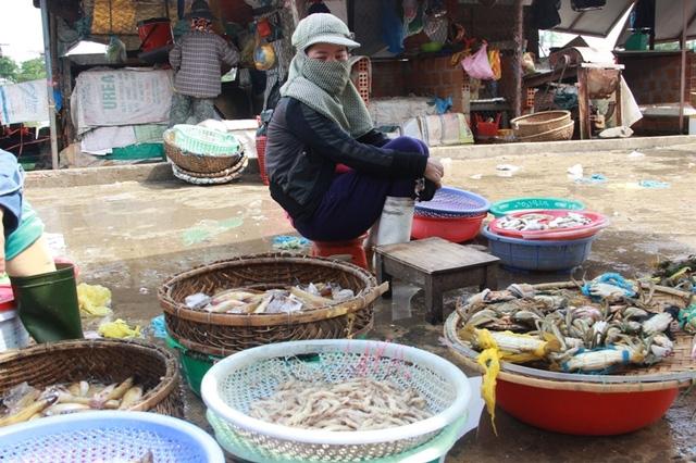 Các tiểu thương chuyển qua bán các loại cá nước ngọt, cua nước lợ