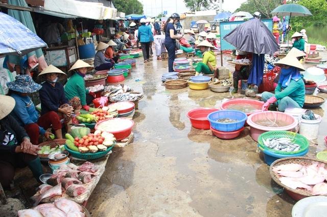 Chợ Đông Hà bày bán nhiều loại cá nước ngọt