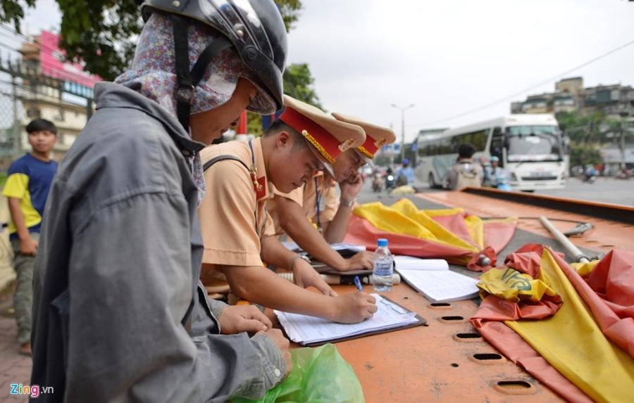 CSGT xu phat hang loat xe cho cong kenh tren pho hinh anh 8