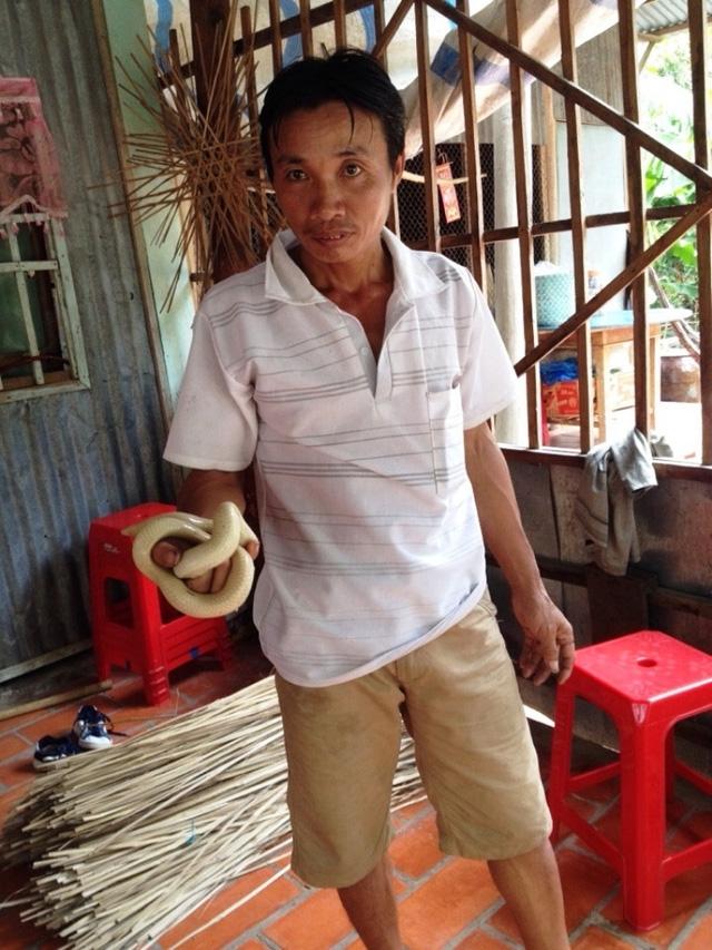 Con rắn lạ ông Phát vừa bắt được nặng khoảng 0,5kg