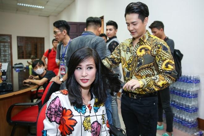 Dong Nhi, Ong Cao Thang mac do sac so di cham thi hinh anh 2