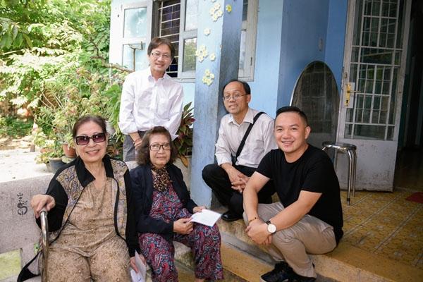 Đại diện gia đình Minh Thuận và MC Anh Khoa (áo đen) trao quà ở viện dưỡng lão nghệ sĩ.